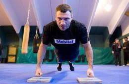 vitali-klitschko-knuckle-push-ups